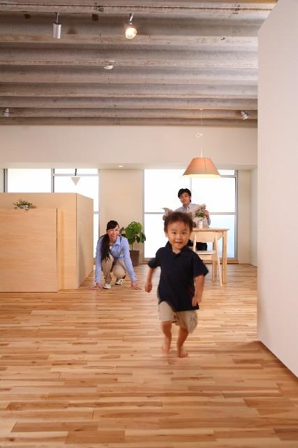 部屋で走る子ども